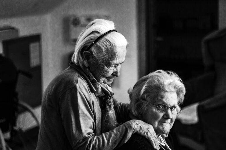Photo de l'article : deux grands mères se font un câlin